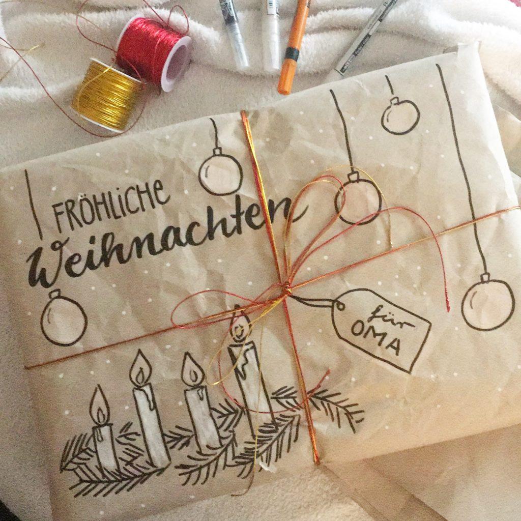Weihnachtsgeschenkverpackung aus altem Papier und individuell belettert und bemalt.